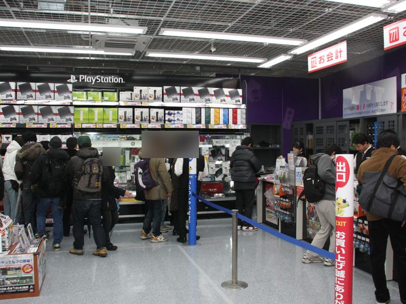 ゲームは最上階ということもあって、開店15分後では人は少なめ。DSやWiiよりも、プレイステーションコーナーに人が多く集まっていた