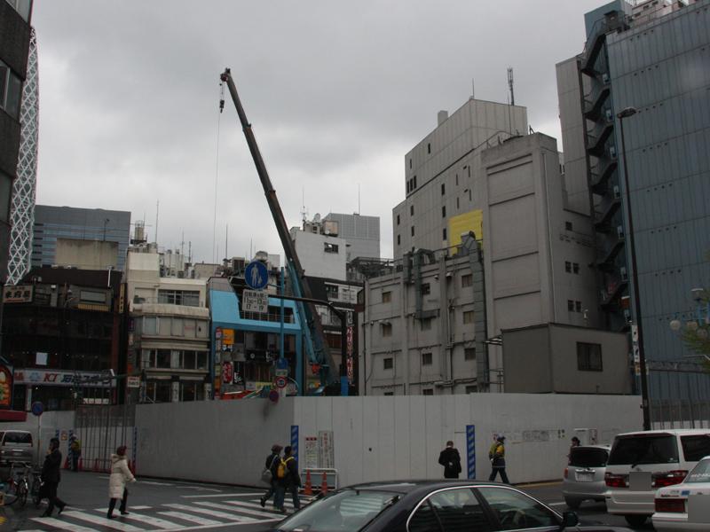 ヤマダ電機は、新宿駅西口の新宿スカイビル跡地に地上11階建てのビルを工事中