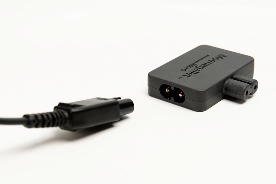 まずはACアダプターの電源コードを、メネガレットの入力用プラグに差し込む