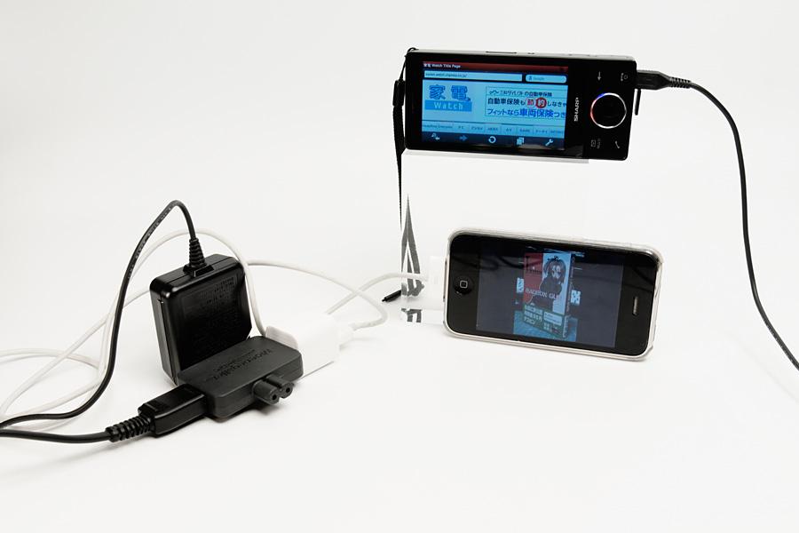スマートフォンを充電してみたところ。1000mAhを要求するHYBRID W-ZERO3の電源アダプタも気兼ねなく扱える