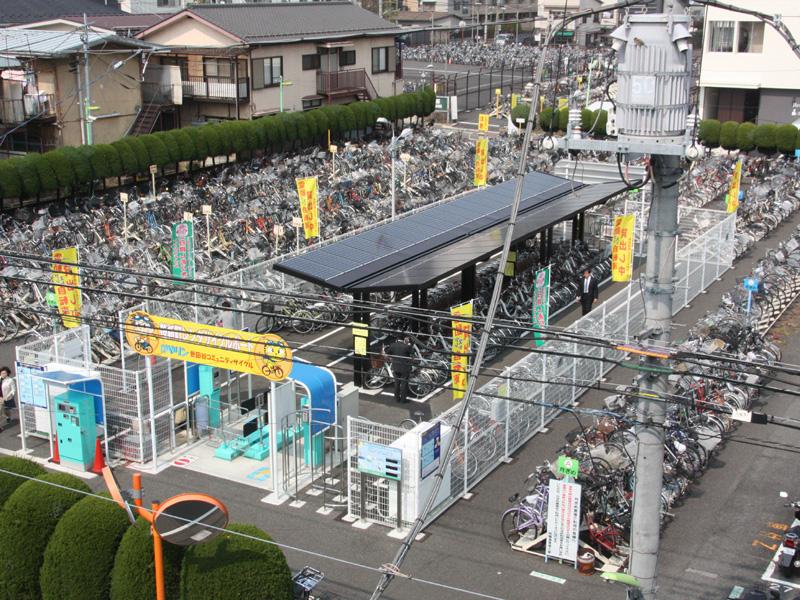 桜新町駅前のレンタサイクルポートに導入された「ソーラー駐輪場」。屋根には太陽電池が備わっている