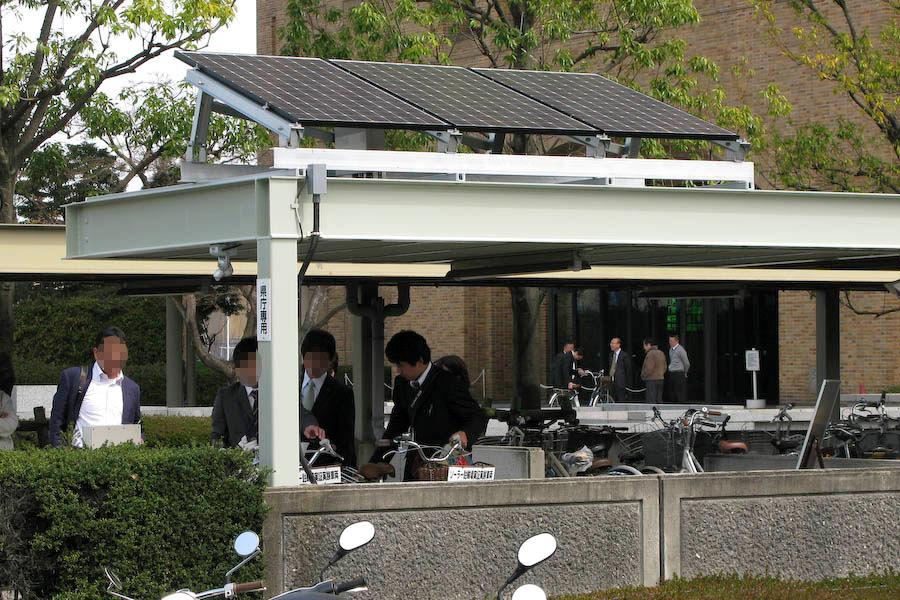 2009年3月に、三洋電機が徳島県庁に導入したソーラー駐輪場。既設の駐輪場の上に取り付ける形となった