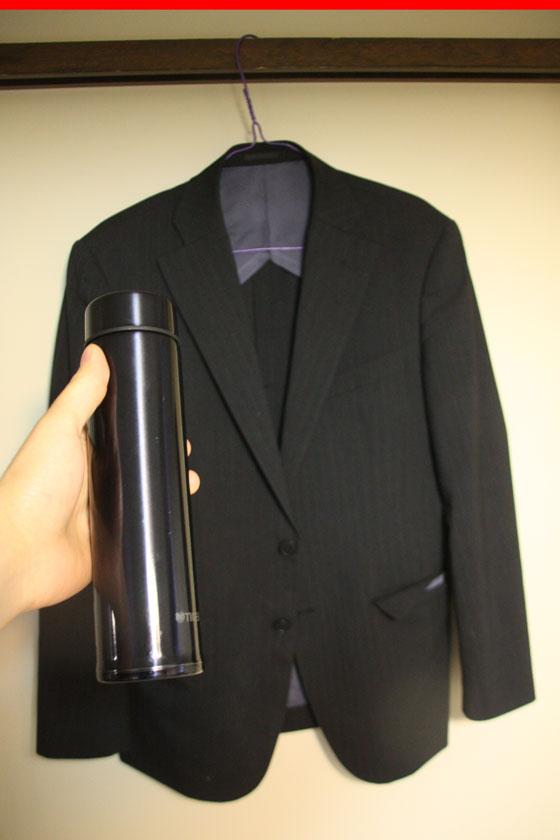派手さを欠いたデザインだが、それが逆にスーツに合う