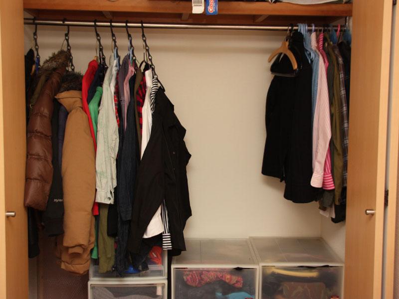 使用後のクローゼット。洋服の枚数は使用前と同じだ。それでもここまで空きスペースができた