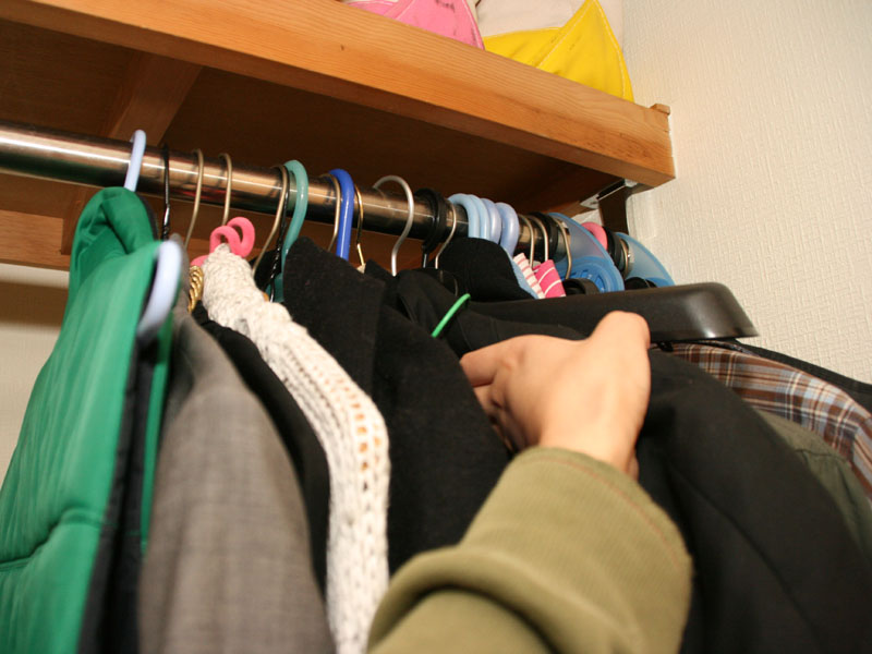 スペースセイバーハンガーを使っていないときのクローゼット。洋服が密集しているため、どこに何があるかわかりにくく、取り出すのにも一苦労だ