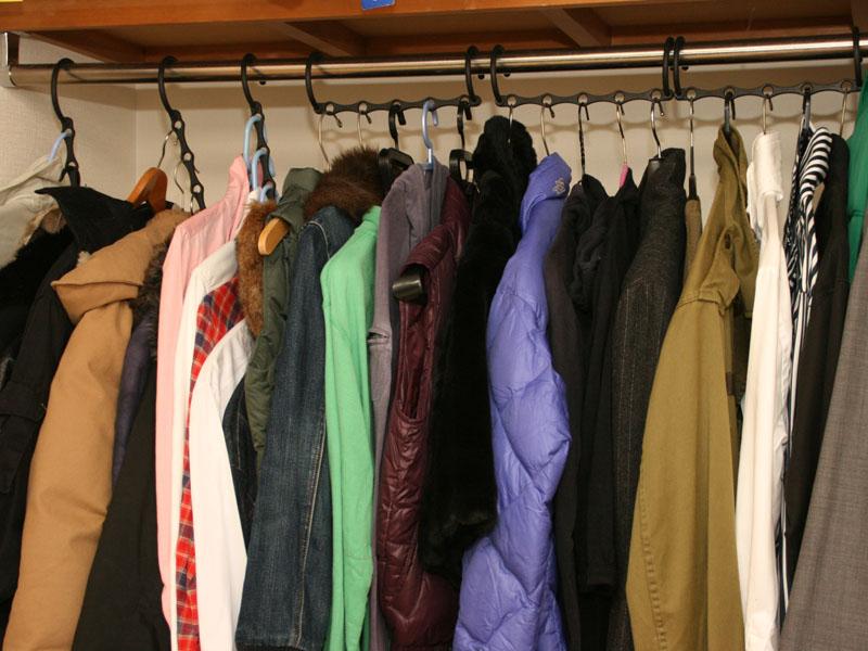 スペースセイバーハンガーを使うと、洋服同士の間に間隔ができるため見やすく、取り出しやすい