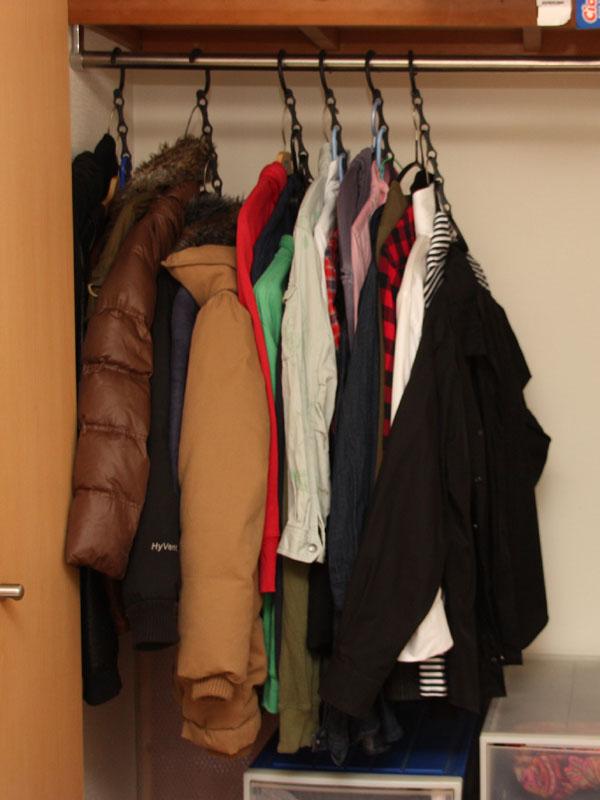 このスペースに25枚の洋服が掛かっているのだ