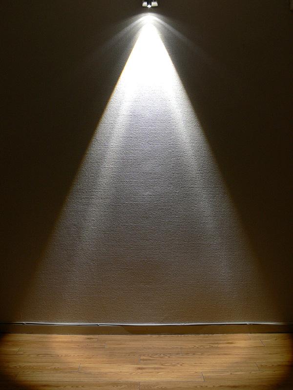 2mの高さから床面をワイドビーム(約30度)で照射した様子。床面には170cmの半円が広がる