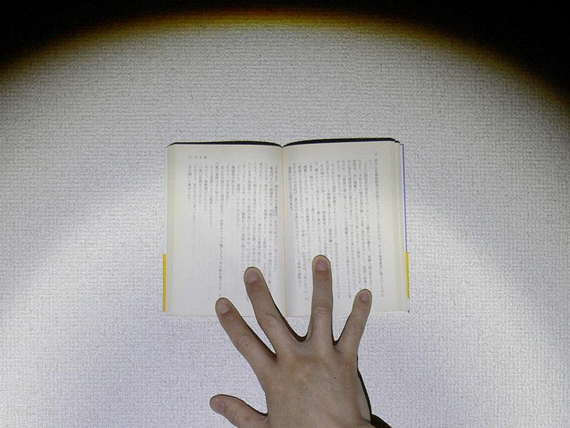 文庫本が普通に読めるほど明るい。写真はワイドビーム時