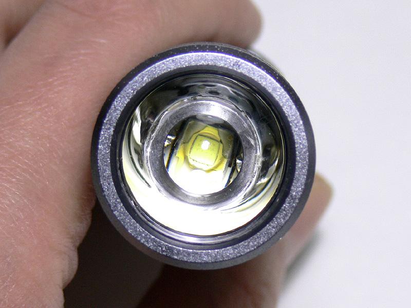 光源部をのぞき込むと、かなり小さな正方形のLEDが確認できる