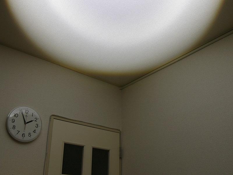天井を照らしているところ。ややムラができやすいが、実使用ではあまり気にならなかった