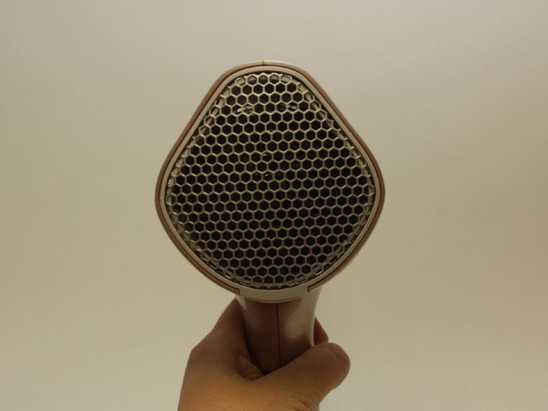 吹き出し口の裏側。同シリーズではひし形のような独特の形状を採用している