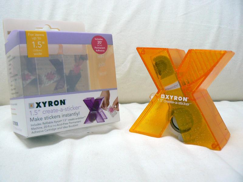 XYRON「ザイロンX150 シールメーカー (カートリッジ 強粘着タイプ)」。同梱物はなく、取扱説明書はパッケージの裏側に記載されている