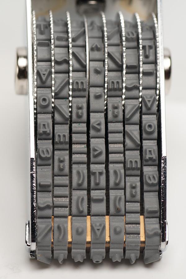 7列のベルトがあり、それぞれに20種類の記号や文字が用意されている。また空白用の部分もアリ