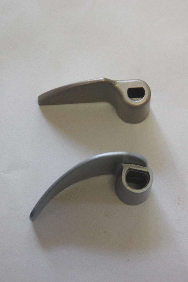 ハネの形状を比較。下がエムケーのハネだ。エムケーのハネは弓なりだが、象印のハネは直線的だ。ホームベーカリーの構造は単純だが、メーカーによってパンの焼き上がりが大きく変わるのは、このように細部の形状や大きさが違うからだ