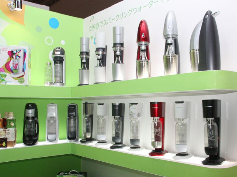 デザインや仕様、容量の異なる製品ラインナップ。基本的な機能は変わらないが、ボトルの素材や本体サイズ、デザインが異なる。価格もそれぞれ設定されている