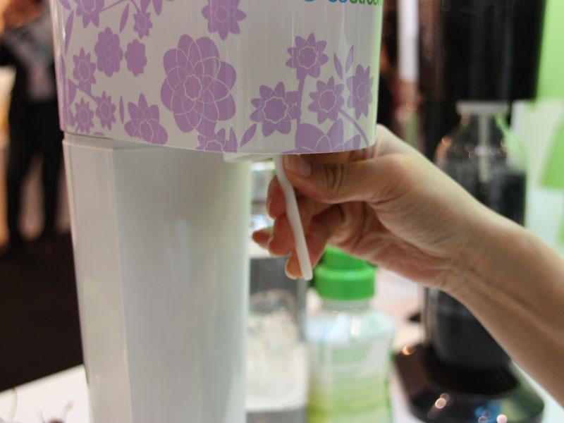 その後、本体から出ているチューブをボトルの中に入れるようにセット