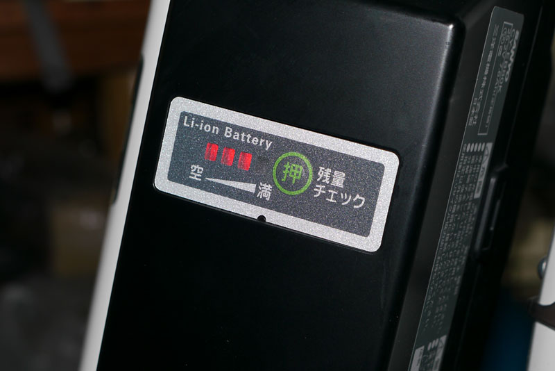 電源は専用のリチウムイオン電池。当然、繰り返し充電して再利用できる。走行中の(回生ブレーキ使用時の発電による)充電も可能だ