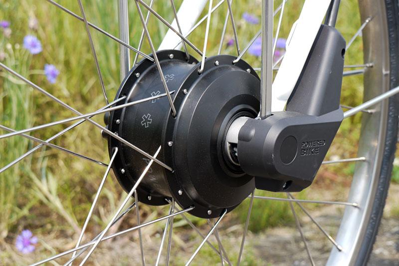 電力は前輪ハブ部分にあるモーター(ダイナモ)により推力に変換される。前輪駆動でアシストするんですな。もちろん、アシストをオフにすることもできる