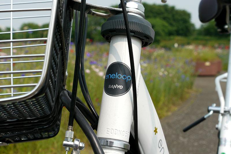 ヘッドチューブにはモロにeneloop。三洋電機の自転車と言われると「?」だが、電動ハイブリッド自転車にeneloopのロゴがあると「なるほど」って感じがする