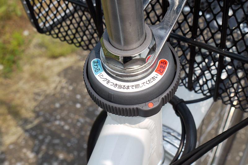 ハンドルの付け根部分には簡易的なハンドルロック機構がある。駐車時にこれを「とまる」の方向に回しておけば、ハンドルの向きが固定されて転倒しにくくなる