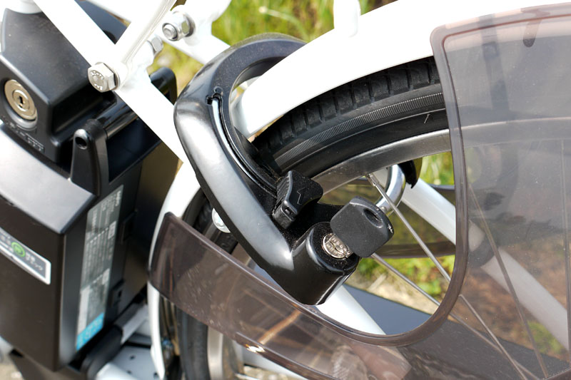 後輪にはサークル錠(リング錠)がある。鍵はバッテリーの盗難防止ロックと共通