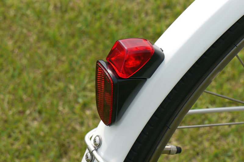 後方には赤い反射板とブレーキランプ(赤色LED)を装備する。ブレーキをかけると赤く点滅するほか、フロントライト点灯時は常に点滅してより安全に走行できる