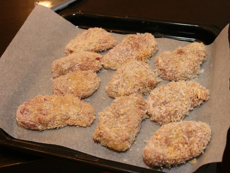 小麦粉と卵、パン粉の順で付けたら角皿にセット。上から油を振りかける