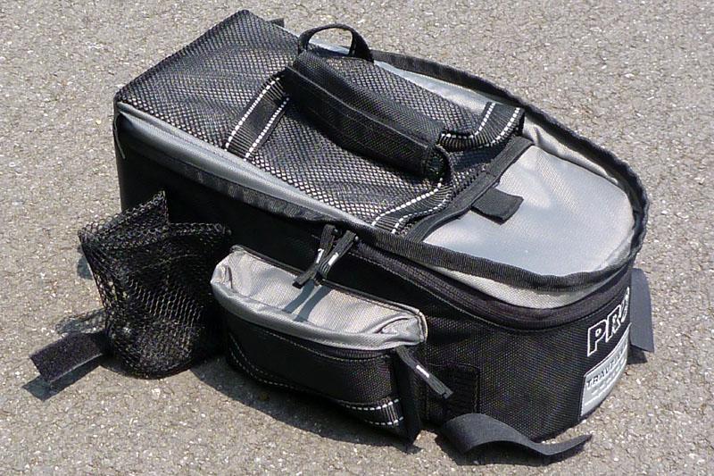 荷台からはこんなふうに取り外せる。面ファスナー式で脱着が容易なので、自転車を置いてショップに入るときなどは荷物を丸ごと持ち歩ける
