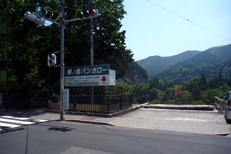 奥多摩駅に近づくと、山が下に見えるようになってくる
