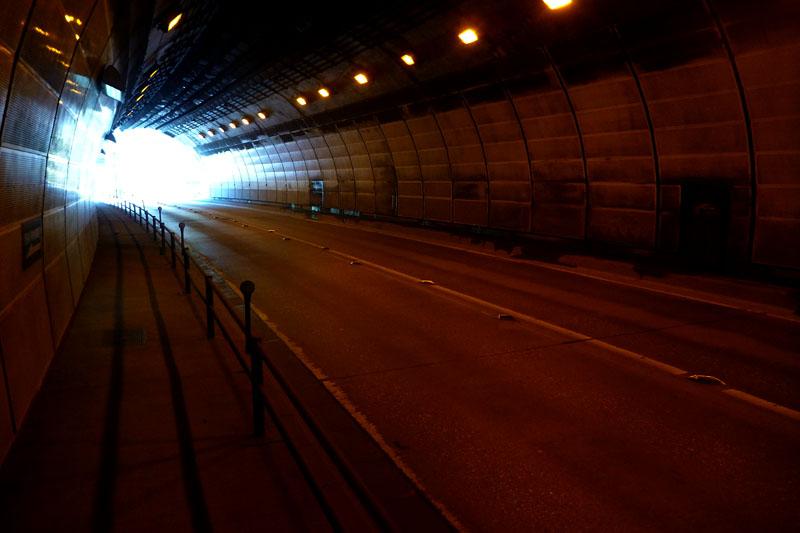 このように照明アリ&歩道アリのトンネルもあるが、そうでないトンネルのほうが多い。超注意して通過しないとネ!!
