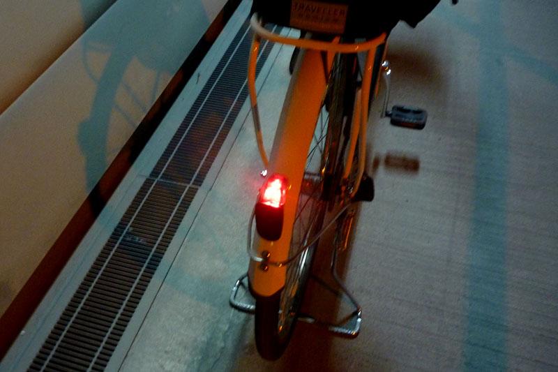 eneloop bikeはハデに点滅する尾灯を標準で装備。これによりトンネル内を安心して通過できた