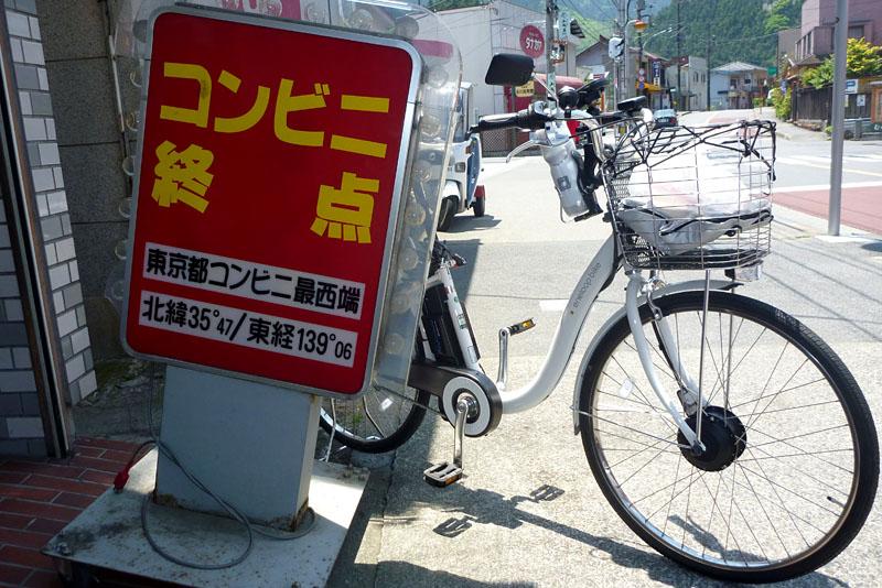 ココが東京都の最終コンビニなのダ!! この先にもコンビニじゃない商店や飲食店ならありますけどね。奥多摩湖過ぎて山梨まで行けばコンビニもありますけどね