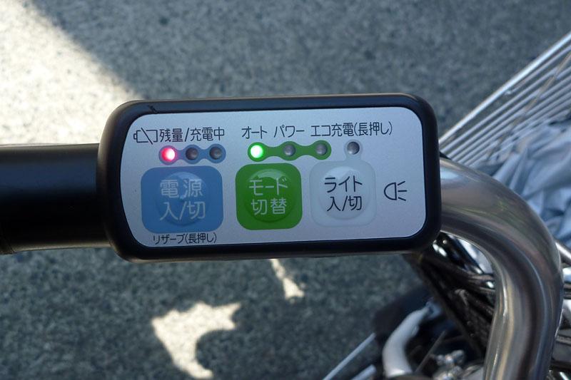 コンビニで買い物を終えて走り出そうとしたそのとき、バッテリーインジケーターが「1」の状態に。これは電池残量25~50%を示す。奥多摩湖まで行けるのか~ッ!?