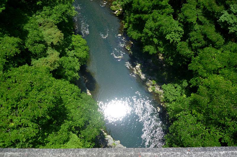 橋のずーっと下に渓流が流れてたりする。風も冷たくて気持ちイイのだ
