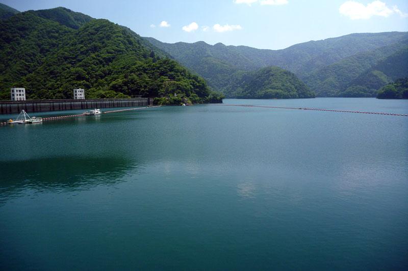 深いエメラルド色のダム湖はいつ見ても美しいっ!!