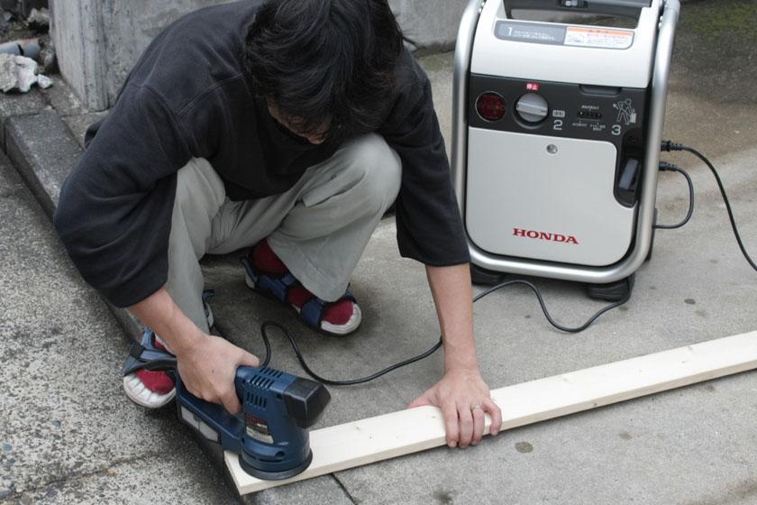 サンダーと呼ばれるヤスリがけ用の工具。先っぽにスポンジをつければ、車の掃除もできるスグレモノだ。消費電力は200W