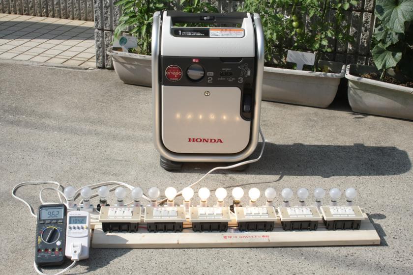 これがエネポの実験装置だ! 通常サイズの電球を使うと、機器がデカくなりすぎてカメラのファインダーに入らなくなるので、今回は小型電球を使った。コストもこっちの方が安いしね