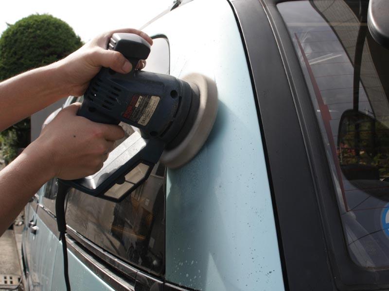 車に軽く水をまき、洗剤を染み込ませたスポンジをサンダーに取り付ければ、見る見るうちに汚れが落ちる!