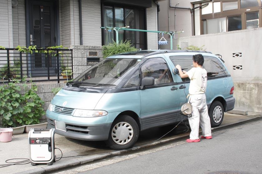 より身近な用法として、車の掃除に使ってみた。う~む、どっかの業者のオッサンが磨いているようだけど俺です(笑)
