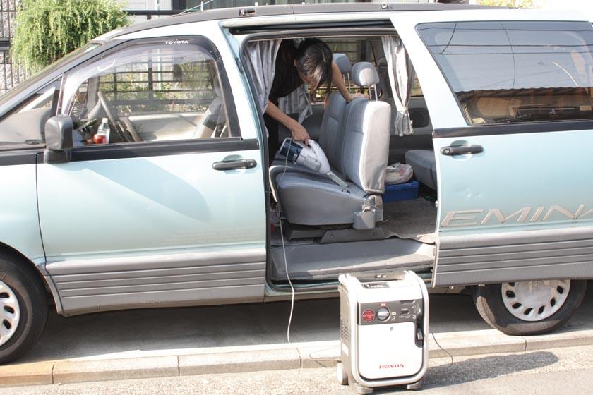続いて、車内の掃除に挑戦。子供がいると、お菓子の食べカスでシートがチクチク! 痛いったりゃありゃしない!