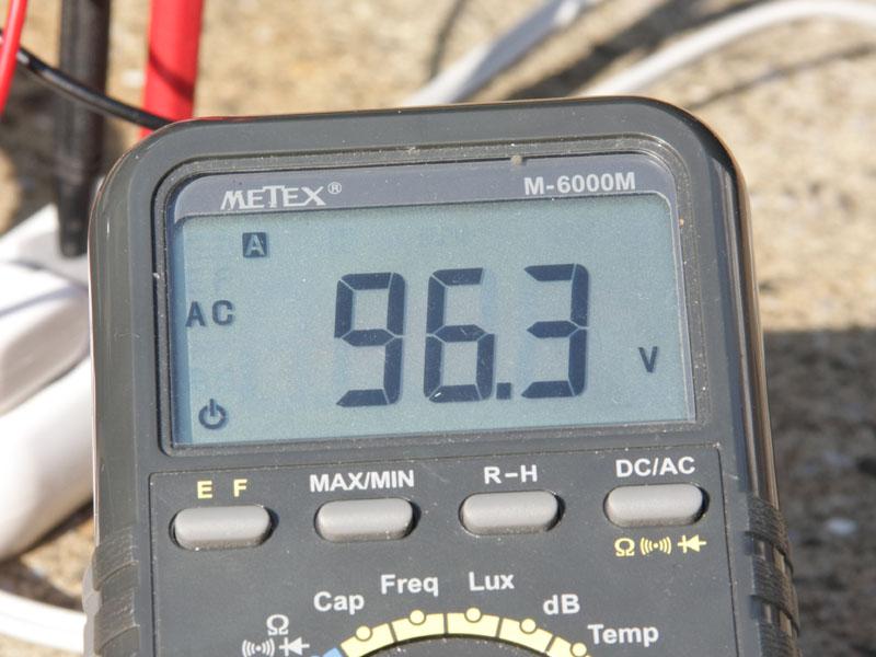 何回か繰り返したところ、95Vを下回ることはなかった。これは、誤差レベルと考えていい値。電圧の低下は問題ないだろう