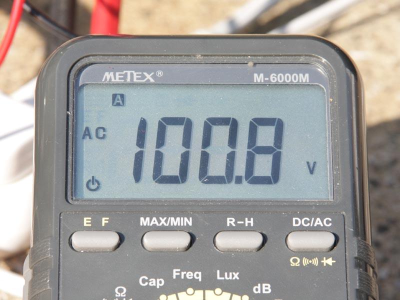 エコスロットル運転を解除すると、運転音がうるさくなるが、安定した電圧を出力できる。電圧の低下も最大で4.2Vに抑えられた