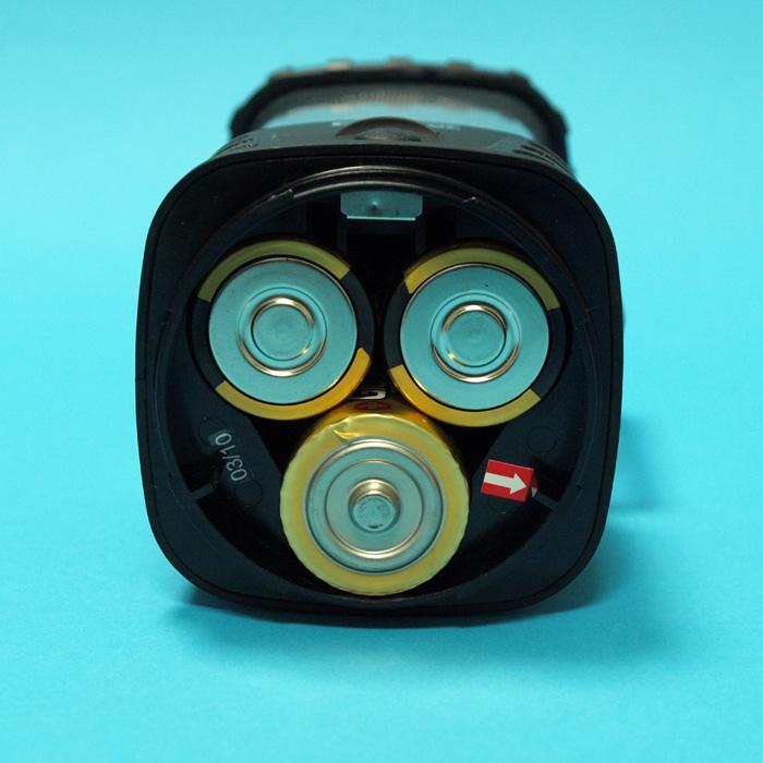"""<font color=""""navy"""" size=""""-1"""">使用電池は単一形が3本。今回から、ニッケル水素電池「エネループ」が正式に使えるようになった(写真はアルカリ電池)</font>"""