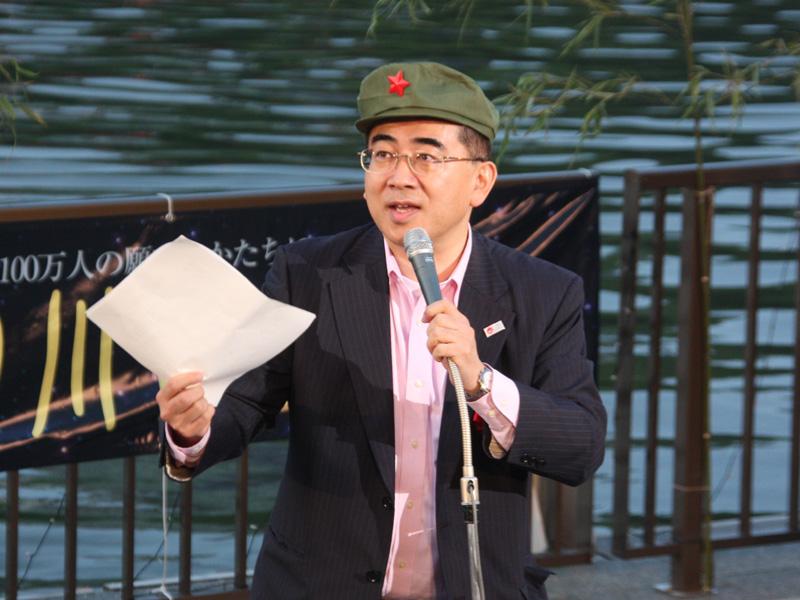 国土交通省 観光庁長官の溝畑宏氏は、中国人向けの訪日旅行ビザが緩和されたことを受け、中国の人民帽をかぶるパフォーマンス。「(大川の)川べりは、フランスのセーヌ川やライン川に負けないほどの魅力のある川です」と絶賛