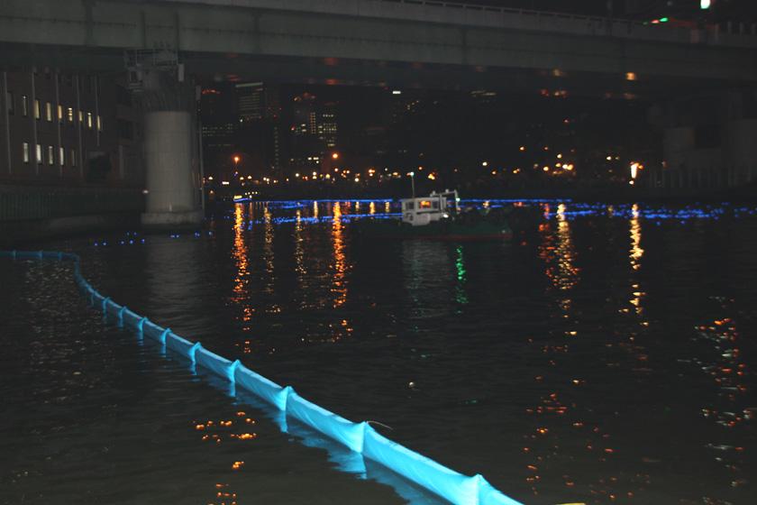 いのり星が放流されるのは、大川の天満橋~淀屋橋近辺のみ。そのため、支流にいのり星が流れないようガードが設けられている