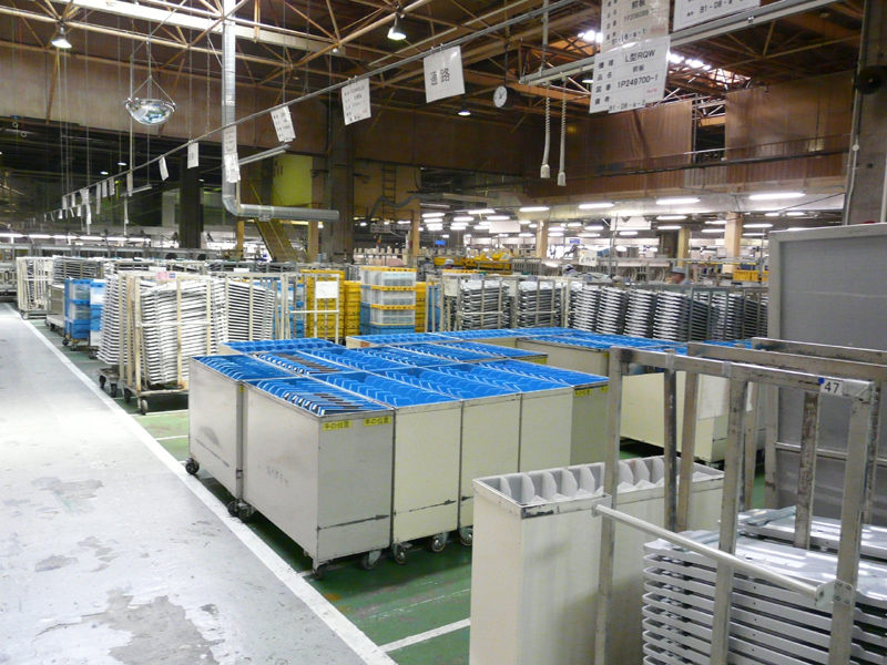 大型部品の在庫が工場の一角に置かれている