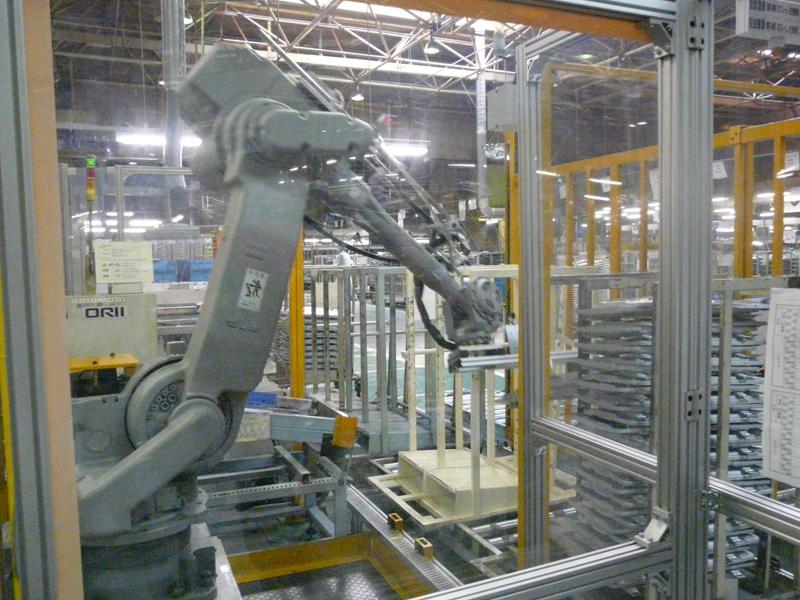 部品のよってはロボットアームを利用する