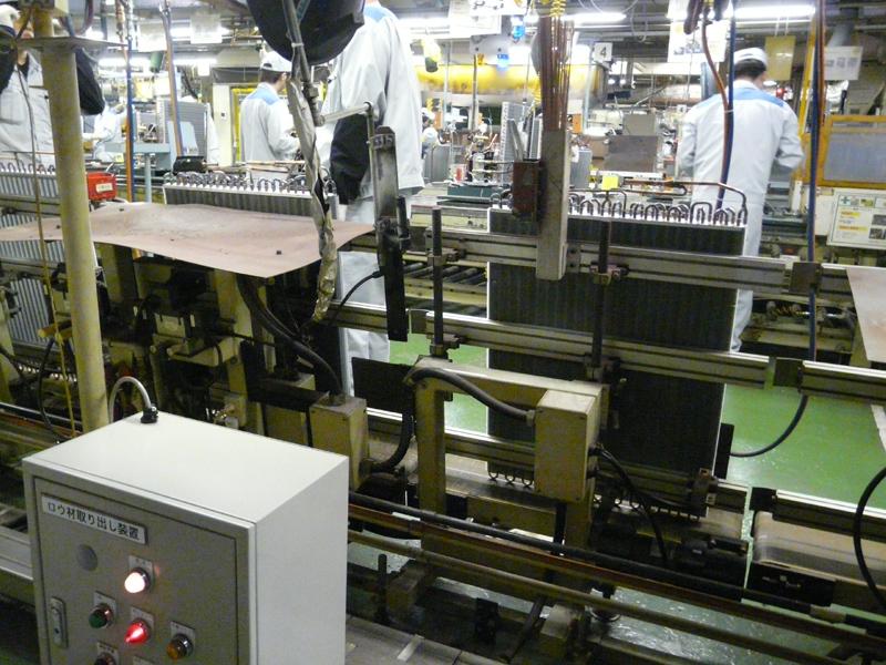 熱交換器の組み立てラインの様子