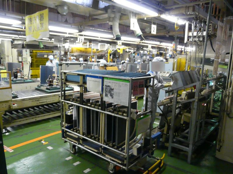 組み立てられた熱交換器はコロコンラインで無人搬送